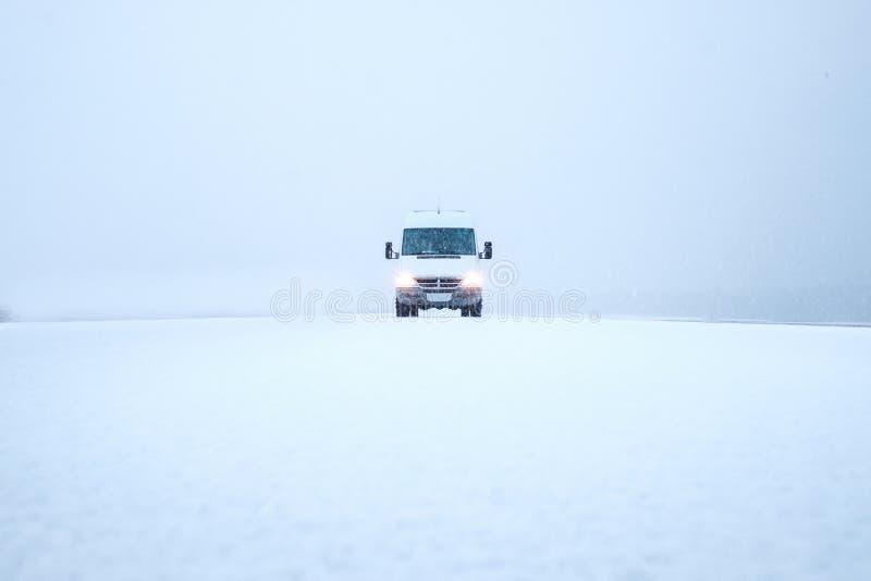 冒险通过雪 免版税库存图片