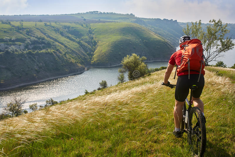 冒险骑自行车的山河沿 库存图片