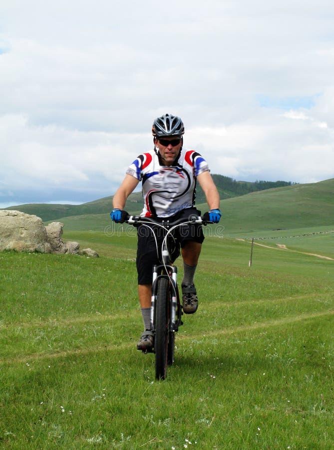 冒险骑自行车的山 免版税库存照片