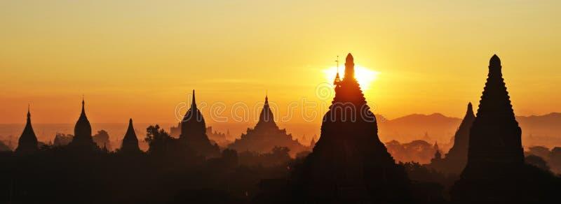 冒险bagan缅甸日出寺庙 免版税图库摄影
