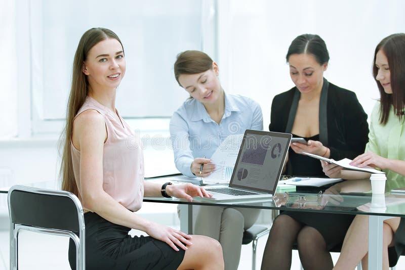 写一个财政报告的公司的雇员 免版税库存照片