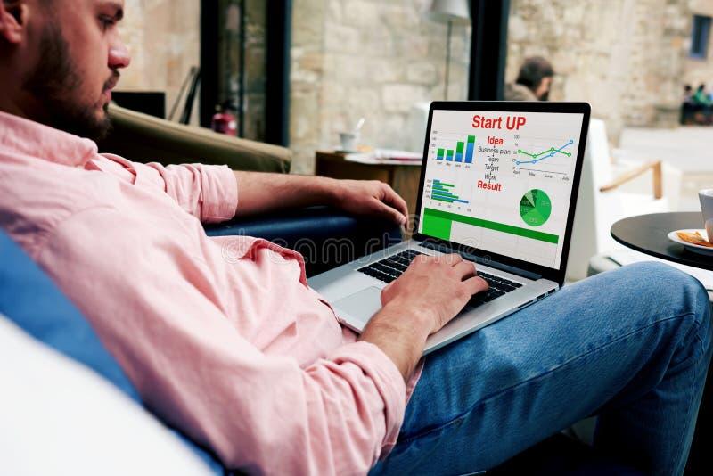 写一个统计报告的有为的年轻银行雇员在您的计算机 免版税库存图片