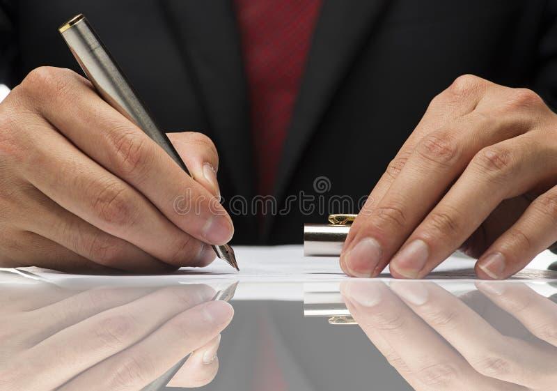写与反射的手一张纸 库存图片