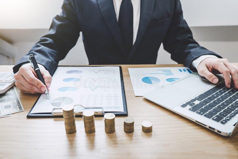 写与被堆积的硬币的商人文字报告被安排在办公桌和许多文件数据图表,企业概念 库存照片