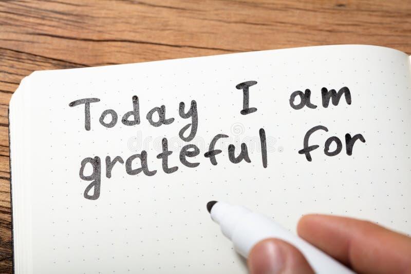 写今天我的人对在笔记本的文本是感恩的 免版税库存照片