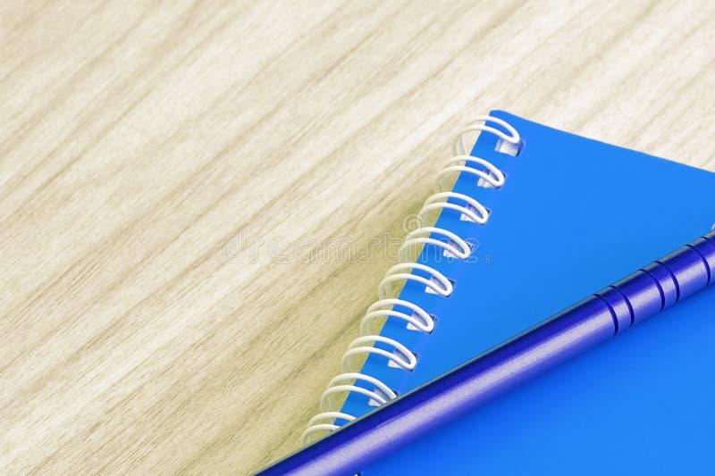 写作蓝色和空白的蓝皮书空的盖子书螺旋文具学校用品 图库摄影