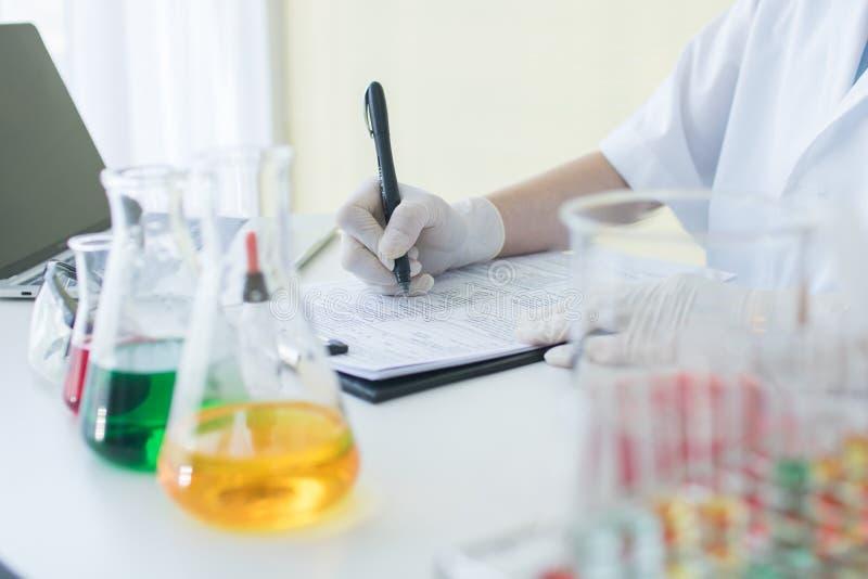 写信息结果和笔记的研究员或科学家在p 免版税库存图片