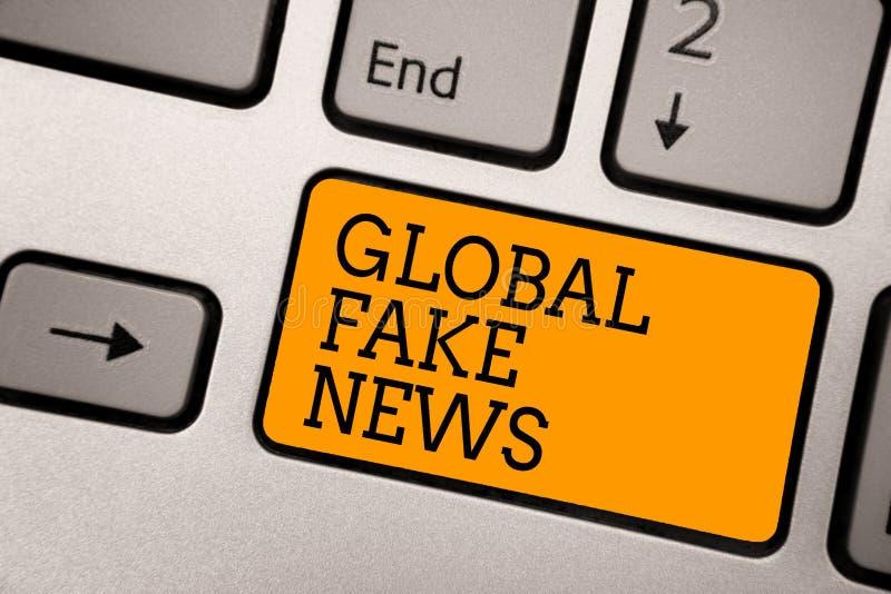 写全球性假新闻的手写文本 意味错误信息新闻事业谎言假情报骗局键入的工作compu的概念 免版税库存图片