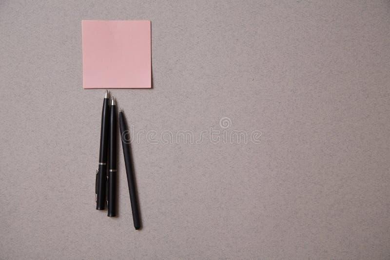 写博克,博克和博客作者或者社会媒介概念:贴纸和笔在灰色背景 r 库存照片