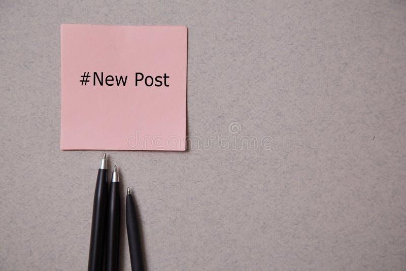 写博克,博克和博客作者或者社会媒介概念:贴纸和笔在灰色背景 r 图库摄影
