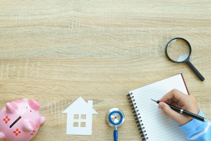 写和搜寻最佳的保险concep的手顶视图 免版税库存照片