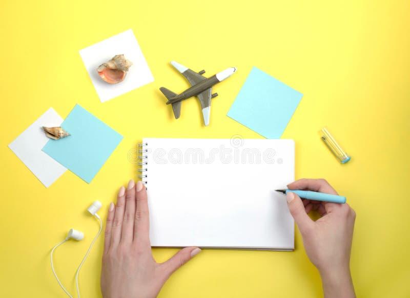写在一个白色笔记本 关于旅行 小的航空器 库存照片