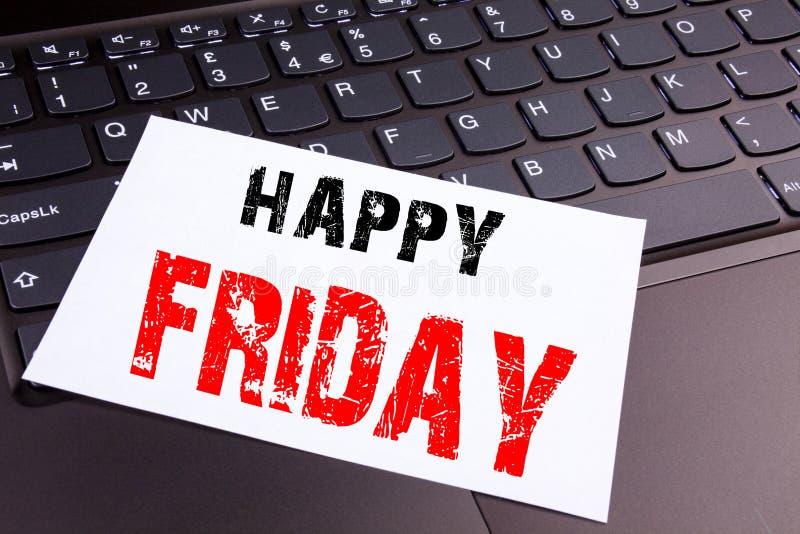 写在便携式计算机键盘做的在办公室特写镜头愉快的星期五文本 招呼的公告工作的企业概念 免版税库存照片