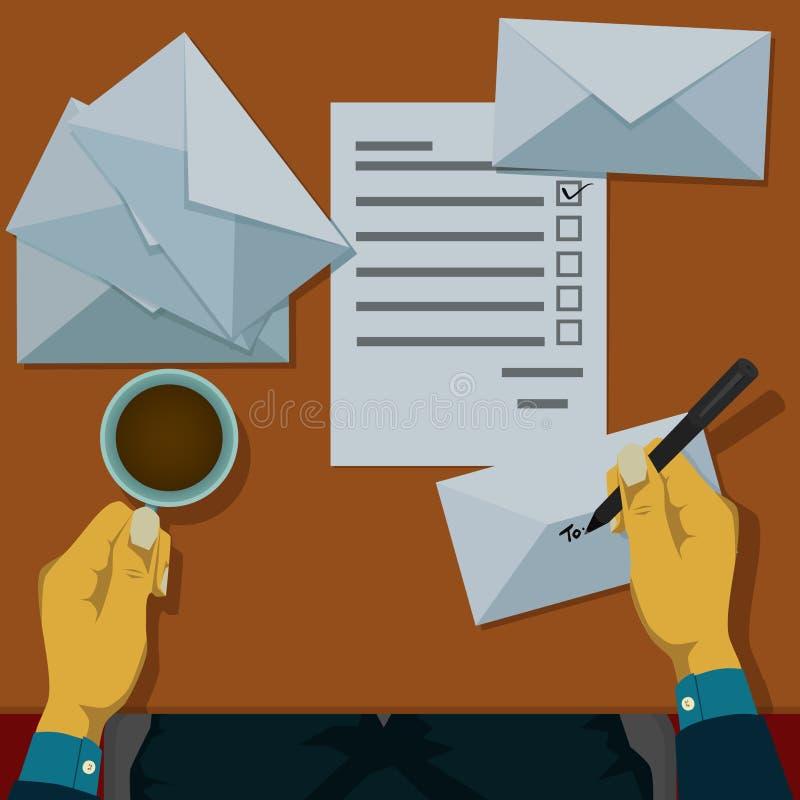 写地址在将被邮寄的信封 免版税库存图片