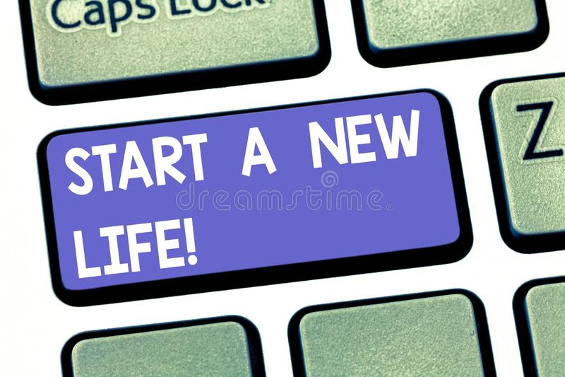 写开始A新的生活的手写文本 概念意思改变您的习性是另外改变的方向键盘 库存图片