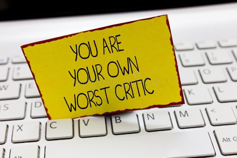 写您的手写文本是您自己的最坏的评论家 太艰苦意味在自已的概念不对正面反馈 免版税库存照片
