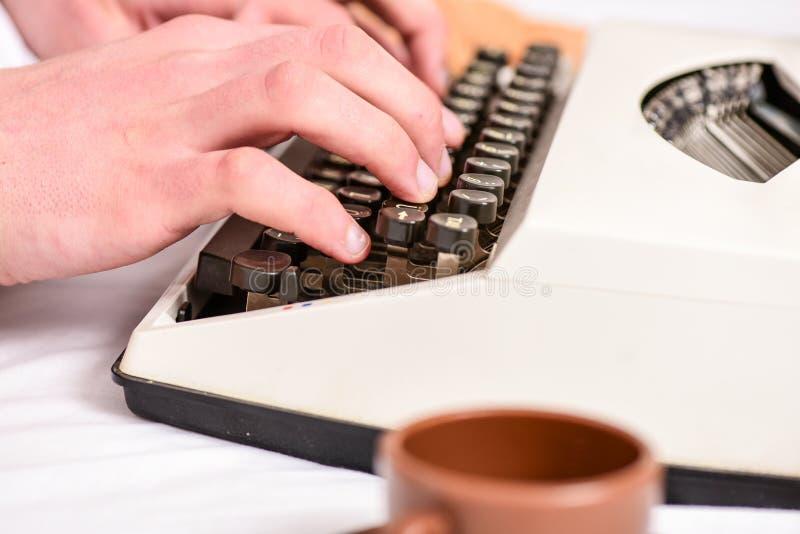 写惯例 葡萄酒打字机概念 键入减速火箭的书写机器的手 老打字机和作者手 男 库存图片