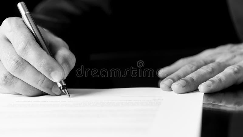 写或签署文件的人 免版税库存照片