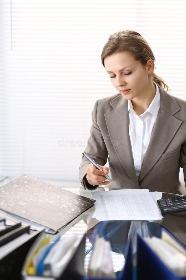 写报告,计算或者检查平衡的女性簿记员或财政审查员画象  复制空白区 免版税库存照片