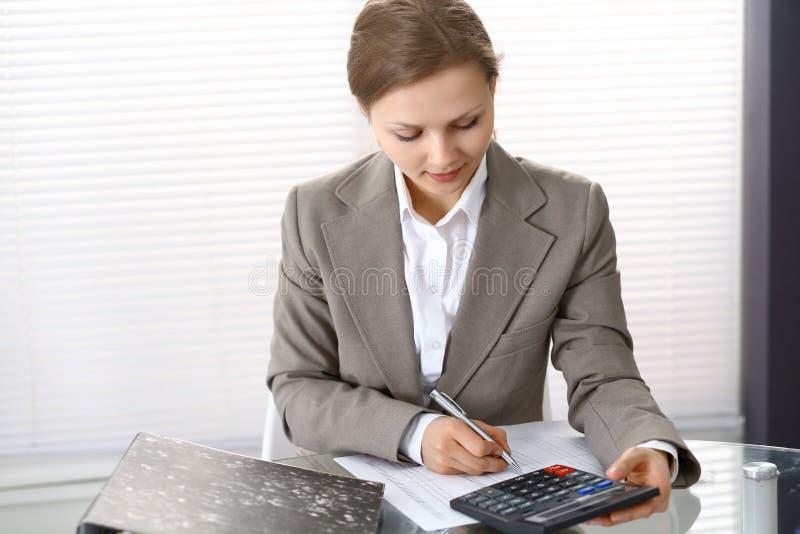 写报告,计算或者检查平衡的女性簿记员或财政审查员画象  复制空白区 免版税库存图片