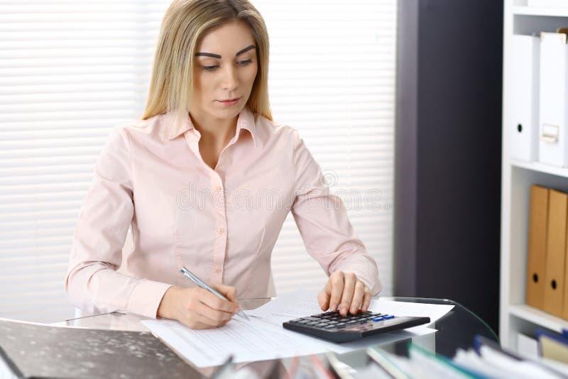 写报告,计算或者检查平衡的女性簿记员或财政审查员画象  复制空白区 库存照片