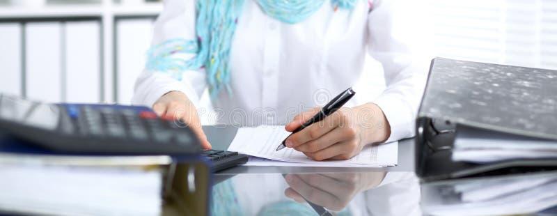 写报告,计算或者检查平衡的女性簿记员或财政审查员 国内税收Servic 库存照片