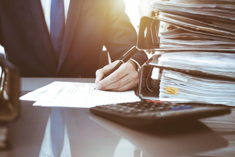 写报告,计算或者检查平衡的簿记员或财政审查员和秘书 r 免版税库存图片