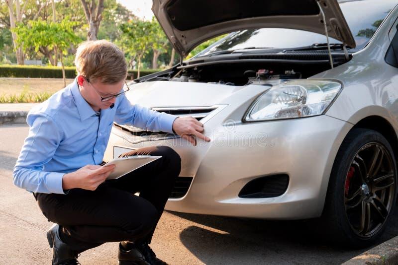 写文件的保险代理公司在剪贴板审查的汽车在事故,保险概念以后 免版税库存照片