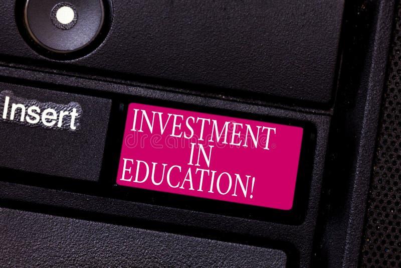 写文本投资的词在教育 将增加赢得键盘的Attain知识的企业概念 免版税图库摄影