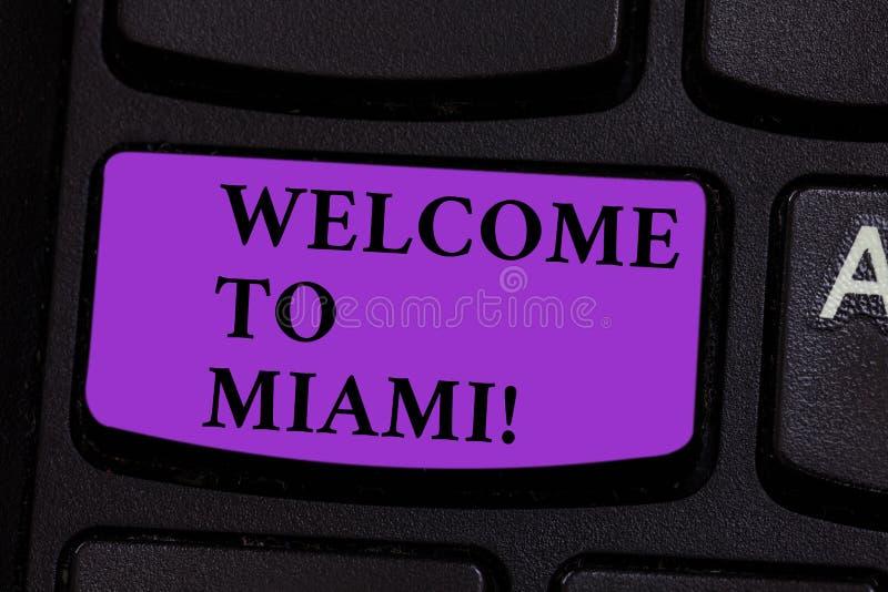 写文本欢迎的词到迈阿密 到达的企业概念对佛罗里达晴朗的市夏天海滩假期键盘 免版税库存图片