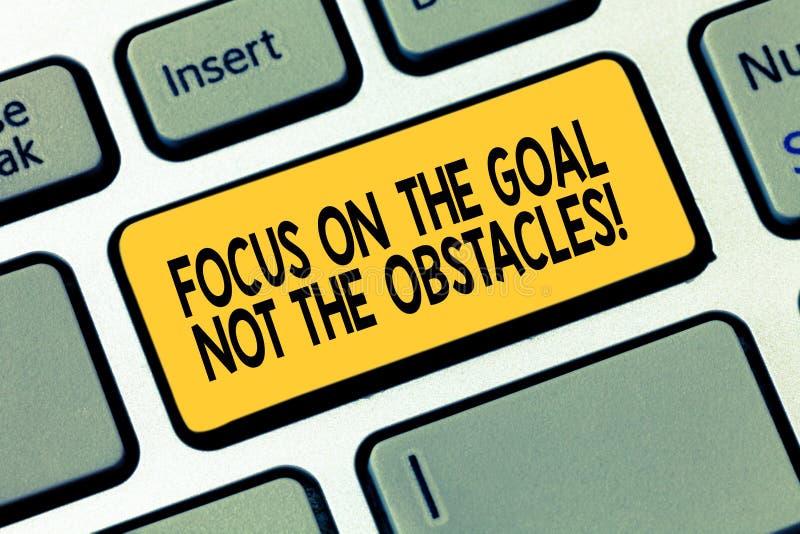 写文本焦点在目标不是障碍的词 企业概念为确定实现宗旨 免版税图库摄影