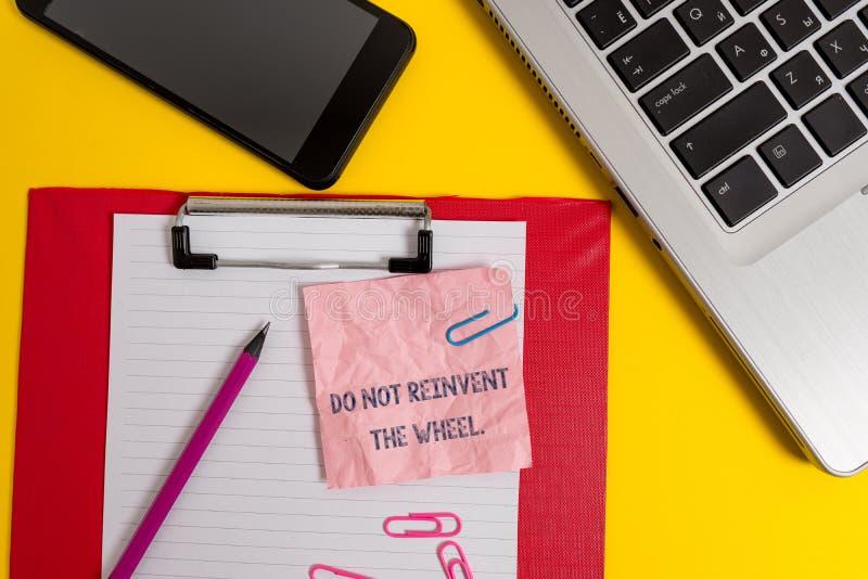 写文本的词不重创轮子 复制一台基本的方法以前做的膝上型计算机的中止的企业概念 免版税库存照片
