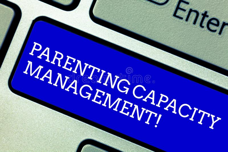 写文本育儿容量管理的词 父母能力的企业概念能保护孩子免受风险 库存照片