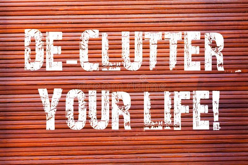 写文本De Clutter Your生活的词 企业概念为去除不整洁多余的项目或过度拥挤的地方砖 库存图片