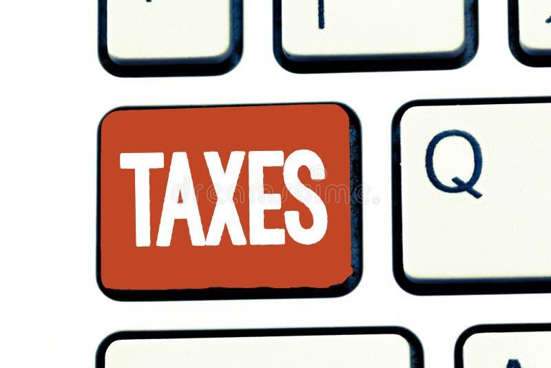 写显示税的笔记 陈述收支的企业照片陈列的贡献征收由工作者的政府 免版税库存照片