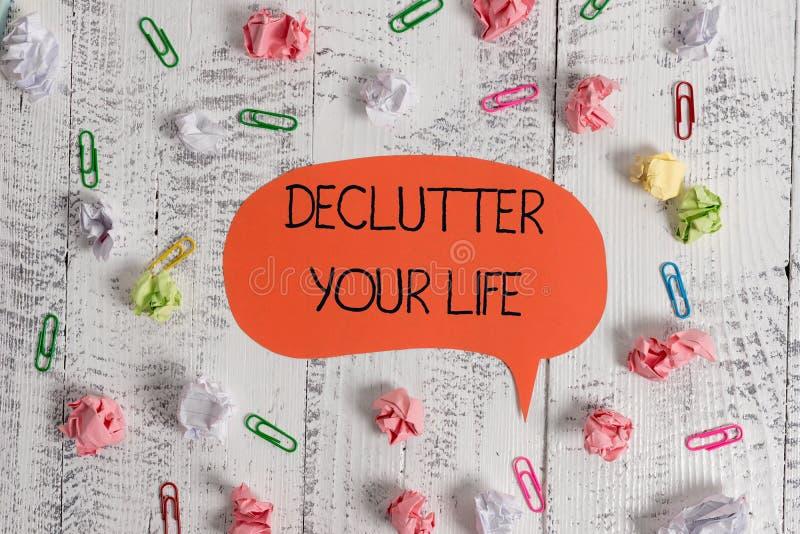写显示Declutter您的生活的笔记 陈列企业的照片消灭局外事或信息  免版税库存照片