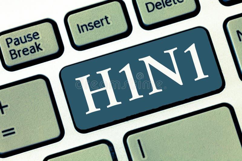 写显示H1N1的笔记 多数共同性由流行性感冒导致的企业照片陈列的猪流感呼吸道疾病 免版税库存图片