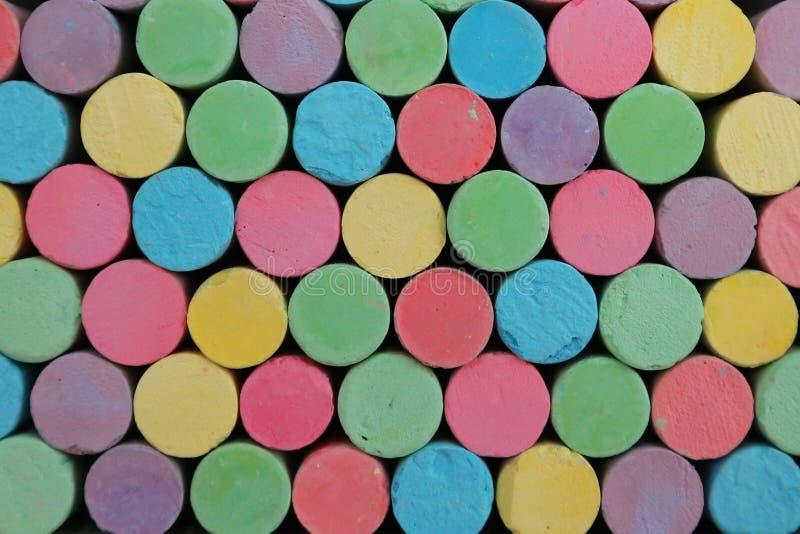 写的五颜六色的白垩在黑板被采取作为美好的背景 免版税库存图片