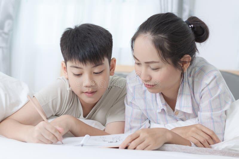 写的家庭作业姐妹帮助的兄弟 库存图片