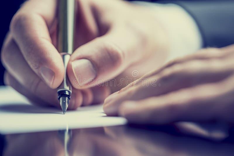 写笔记的一个人的减速火箭的图象 免版税库存图片