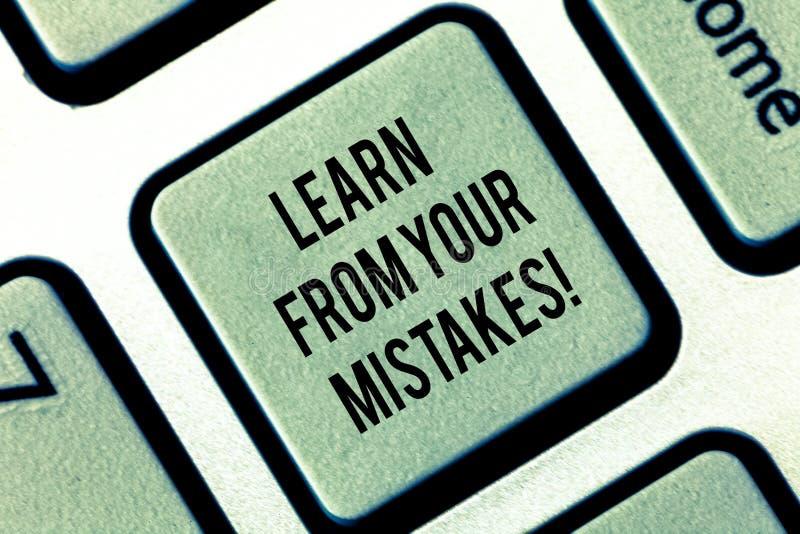 写笔记陈列从您的差错吸取教训 企业照片陈列的作为经验和忠告从发生故障错误 免版税图库摄影