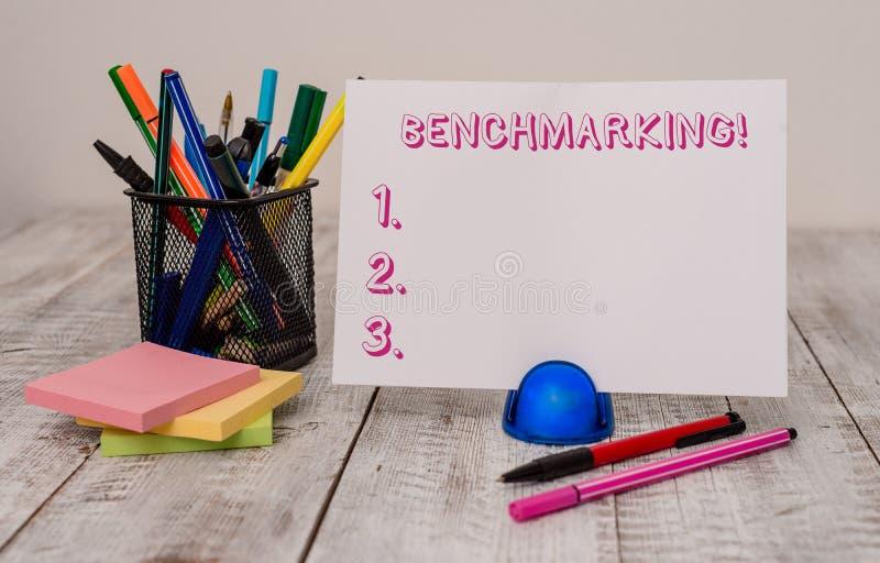 写笔记陈列基准点 企业照片陈列与标准或比分相比评估某事 库存照片