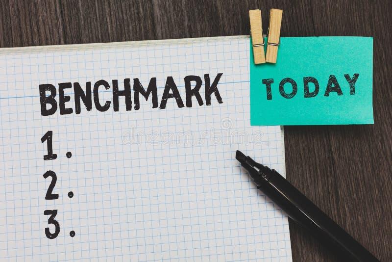 写笔记陈列基准 企业照片陈列的标准或参考点反对被比较的哪些事的 库存图片