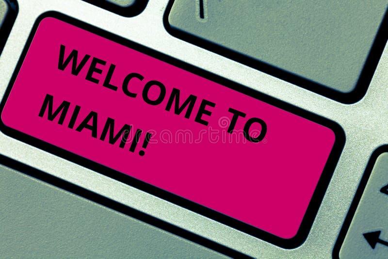 写笔记陈列欢迎到迈阿密 企业照片陈列的到达对佛罗里达晴朗的市夏天海滩假期 免版税库存照片