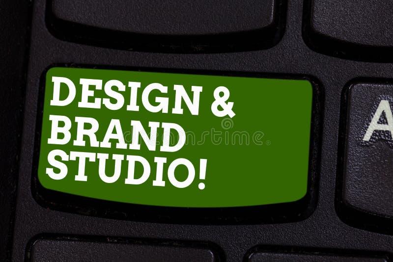 写笔记陈列设计和品牌演播室 陈列现代设计的空间专业办公室的企业照片 库存图片