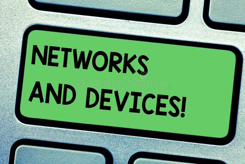 写网络和设备的手写文本 概念意思用于连接计算机或其他电子设备 免版税库存照片