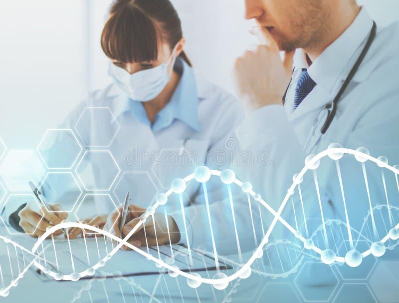 写脱氧核糖核酸实验报告的医生和护士 免版税图库摄影