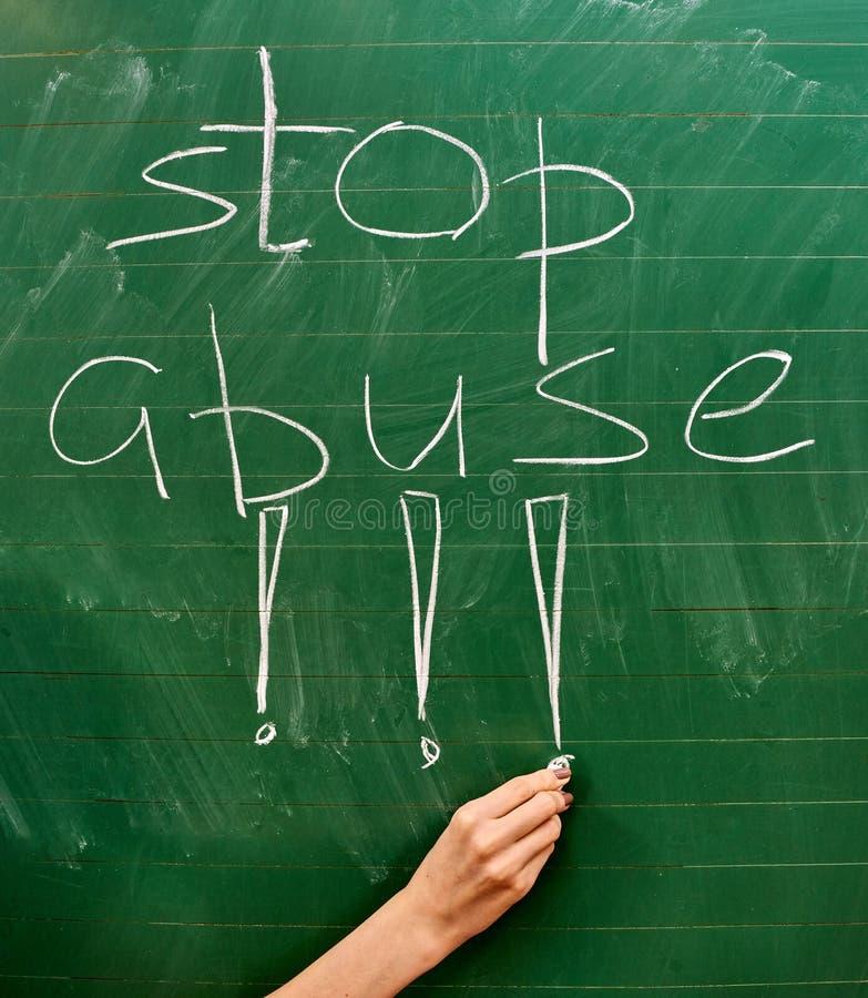 写词停止的一个女孩的手在绿色校务委员会的恶习 免版税库存照片