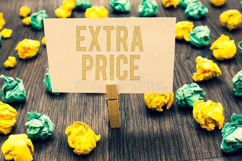 写附加价格的手写文本 意味在普通的大程度晒衣夹之外的概念附加价格定义举行l 免版税库存照片