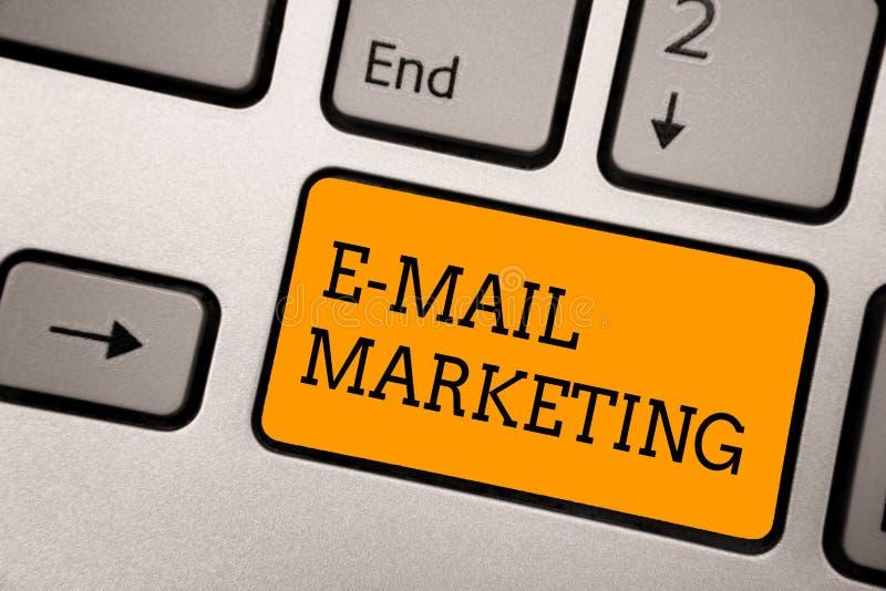 写E邮件行销的手写文本 概念给意思的电子商务网上销售时事通讯促进键入的工作c做广告 向量例证